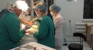 Момент сложнейшей операции на открытом мозге. Врачи спасают жизнь и здоровье младенца