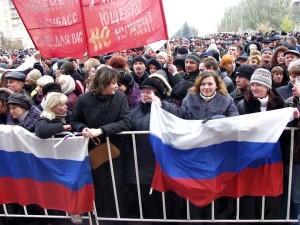Этой фотографии 11 лет. 31 октября 2003 организовано преступной группировки «Люкс» впервые согнало людей с российскими флагами на площадь перед Донецкой облгосадминистрацией