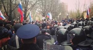 В Донецке начался пророссийский митинг. Под флагами РФ требуют русский язык и федерализацию