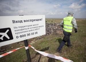 """DONETSK REGION, UKRAINE. APRIL 16, 2015. Dutch and Malaysian experts investigating the crash site of the Malaysian Airlines Flight MH17. The Malaysian Boeing 777 flight crashed on 17 July 2014 near the village of Grabovo. Mikhail Sokolov/TASS Óêðàèíà. Äîíåöêàÿ îáëàñòü. 16 àïðåëÿ 2015. Íà ìåñòå êðóøåíèÿ ïàññàæèðñêîãî ñàìîëåòà """"Ìàëàéçèéñêèõ àâèàëèíèé"""" Boeing 777, ðàçáèâøåãîñÿ 17 èþëÿ 2014 ãîäà â ðàéîíå ñåëà Ãðàáîâî, êóäà ïðèáûëè ñëåäîâàòåëè èç Íèäåðëàíäîâ è Ìàëàéçèè äëÿ ðàññëåäîâàíèÿ ïðè÷èí àâèàêàòàñòðîôû. Ìèõàèë Ñîêîëîâ/ÒÀÑÑ"""