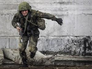 """NOVOSIBIRSK REGION, RUSSIA. MAY 23, 2015. A special task forces member of the Russian Interior Ministry's regional command takes an examination for the right to wear a maroon beret at the Gorny training center. Yevgeny Kurskov/TASS Ðîññèÿ. Íîâîñèáèðñêàÿ îáëàñòü. 24 ìàÿ 2015. Âî âðåìÿ êâàëèôèêàöèîííûõ èñïûòàíèé íà ïðàâî íîøåíèÿ êðàïîâîãî áåðåòà ñðåäè âîåííîñëóæàùèõ îòðÿäîâ ñïåöèàëüíîãî íàçíà÷åíèÿ ÷åòûðåõ ðåãèîíàëüíûõ êîìàíäîâàíèé âíóòðåííèõ âîéñê ÌÂÄ Ðîññèè íà áàçå ó÷åáíîãî öåíòðà """"Ãîðíûé"""". Åâãåíèé Êóðñêîâ/ÒÀÑÑ"""