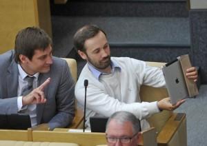 """MOSCOW, RUSSIA. SEPTEMBER 14, 2012. Russian MPs Dmitry Gudkov and Ilya Ponomarev attend a plenary session of the Russian State Duma where Dmitry's father, MP Gennady Gudkov was ejected over claims he violated laws restricting MPs' business activities. (Photo ITAR-TASS / Stanislav Krasilnikov) Ðîññèÿ. Ìîñêâà. 14 ñåíòÿáðÿ. ×ëåí êîìèòåòà ÃÄ ïî êîíñòèòóöèîííîìó çàêîíîäàòåëüñòâó è ãîñóäàðñòâåííîìó ñòðîèòåëüñòâó Äìèòðèé Ãóäêîâ è äåïóòàò îò ïàðòèè """"Ñïðàâåäëèâàÿ Ðîññèÿ"""" Èëüÿ Ïîíîìàðåâ (ñëåâà íàïðàâî) íà ïëåíàðíîì çàñåäàíèè Ãîñäóìû ÐÔ. Ôîòî ÈÒÀÐ-ÒÀÑÑ/ Ñòàíèñëàâ Êðàñèëüíèêîâ"""