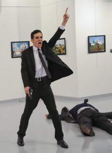 turtsiya-ubijstvo-pistolet-turkey_russian_ambassador-1